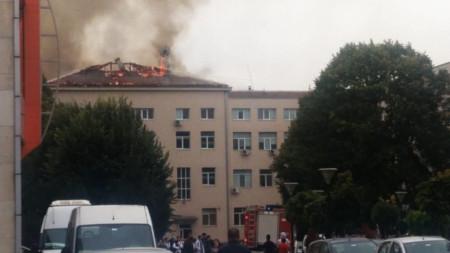 Продължава възстановяването на изгорелия покрив от пожара на 29 септември.