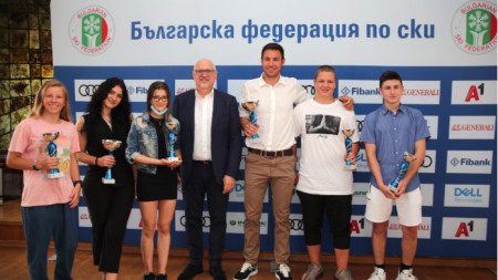 Цеко Минев с наградените сноубордисти, начело с Радослав Янков.