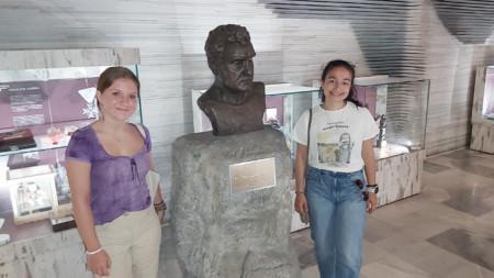 Violeta Egan dhe Nicole Gancheva Contreras  para bustit të Sirak Skitnik në Radion Kombëtare Bullgare