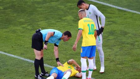 Георги Кабаков проверява състоянието на футболиста на  Бразилия Нино пред погледа на Ричарлисон.