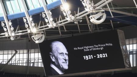 С две минути мълчание бе почетена паметта на съпруга на кралица Елизабет Втора преди мача на Тотнъм и Манчестър Юнайтед в Лондон в неделя.