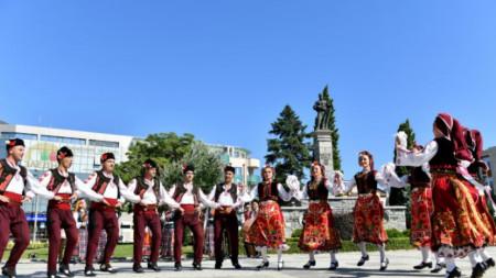 Празникът продължи с фолклорна програма в центъра на града.