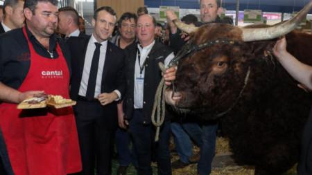 Президентът на Франция Еманюел Макрон на 56-ото Международно селскостопанско изложение в Париж.