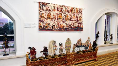 """Изложбата """"Синтез"""" – индонезийски и български текстил, артефакти и бижута, гостува в Регионалния исторически музей до 30 август."""