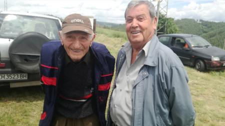 Авторът на новата книга е бившият преподавател във Висшия железопътен институт Атанас Темелакиев (вдясно). Първата книга за Дяково написа 92-годишният още практикуващ стоматолог д-р Кирил Петков.