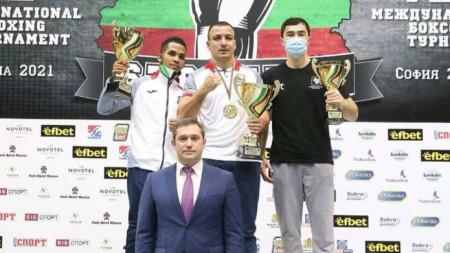 Радослав Панталеев (в средата) получи купата си от президента на БФБокс Красимир Инински.