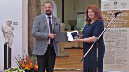 """Вицепрезидентът Илияна Йотова връчи на директора на институцията плакет """"Св. Св. Кирил Методий"""""""