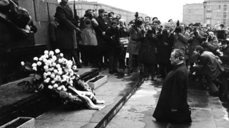 Вили Бранд, коленичил във Варшава на 07.12.1970 г.