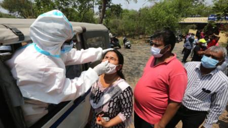 Тестване за коронавирус в Бопал. Индия регистрира рекордните над 150 000 нови случая за ден.