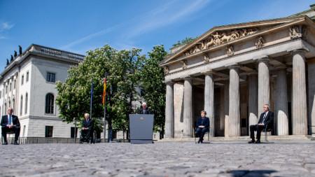 Волфганг Шойбле, Франк-Валтер Щайнмайер и Ангела Меркел пред Neue Wache