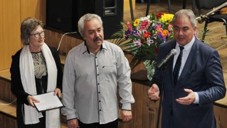"""Августина и Симеон Серафимови получават отличие от кмета на Плевен Георг Спартански по повод 25 години от създаването на перкусионен състав""""Акцент"""""""