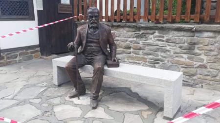 Скулптурата на Пенчо Славейков в Трявна, дело на Адриан Новаков