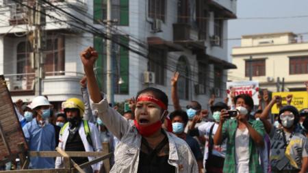 Протестиращи в Мианма