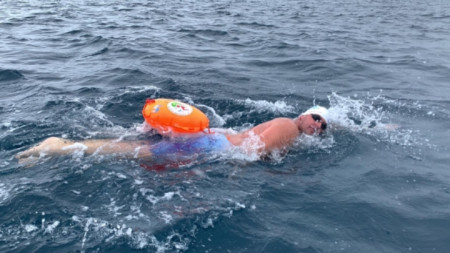 Петър Стойчев преплува най-бързо 1 км в ледените води.