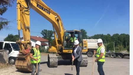 """Община Добрич направи първа копка на проекта за етапното изграждане на битова канализация в кв. """"Рилци""""."""