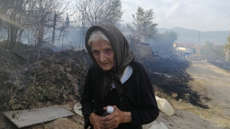 Огънят тръгнал от близката борова гора в местността Ральова поляна.