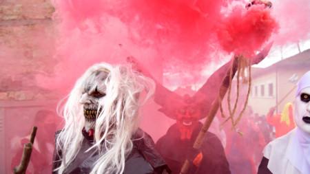 По време на ежегодния Вевчански карнавал в Северна Македония бе запалено българското знаме.