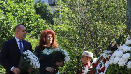 Президентът Румен Радев и вицепрезидентът Илиана Йотова положиха цветя пред паметника на светите братя Кирил и Методий пред Националната библиотека.