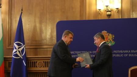"""Министър Кракачанов и изпълнителният директор на фирма """"Самел – 90"""" Петър Георгиев ."""
