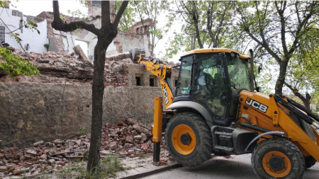 Започна разрушаването на опасна ограда и сграда в Хасково