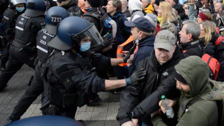 В германския град Касел полиция и протестиращи влязоха в сблъсък