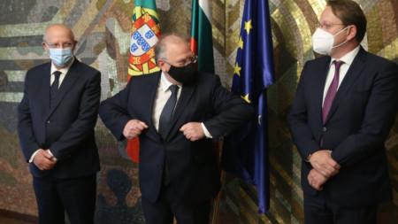 Светлан Стоев (в средата) с Оливер Вархеи (вдясно) и Аугущу Сантуш Силва, които са на посещение у нас.