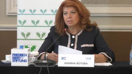 Вицепрезидентът Илияна Йотова говори на конференция за състоянието на ЕС.