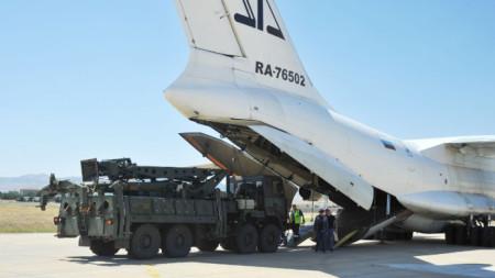 Разтоварване на елементи от руския зенитен комплекс С-400 на летище край Анкара.
