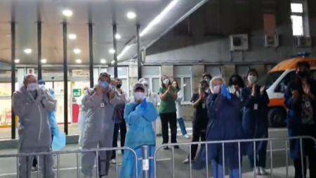 """Медици от """"Пирогов"""" аплодират гражданите, избрали да останат по домовете си"""