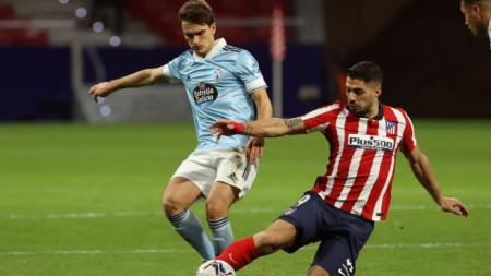 Луис Суарес (вдясно) се бори за топката със съименика си Денис Суарес от Селта.