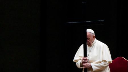 Папа Франциск води церемонията Via Crucis - Кръстният път, по време на тържествата на Разпети петък на пустия площад