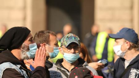 """Пред Министерския съвет, в 124-ия ден на протестите, """"Изправи се.БГ"""" и Отровното трио организираха пърформънс """"Леглата не лекуват сами"""". Импровизираната """"полева болница"""" е израз на протест срещу хаоса в здравната система в условията на Covid кризата."""