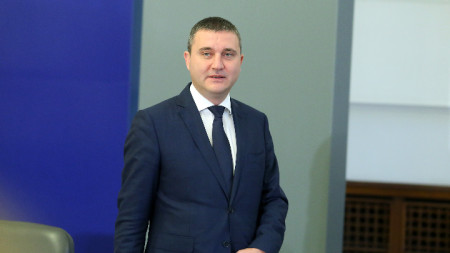 Финансовият министър Владислав Горанов стана обект на проверка заради декларираното от самия него, че от 2012 година безвъзмездно живее в апартамент, предоставен от неговия кръстник