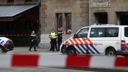 Полиция блокира района на централната гара на Амстердам след инцидента.