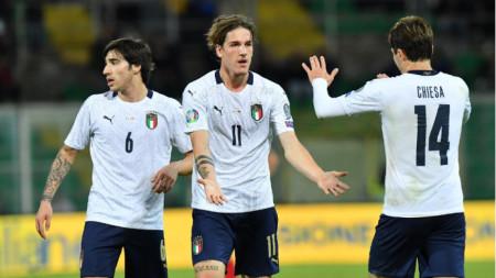 Дзаниоло (№11) получава поздравления от Киеза за гола си за 6:0.