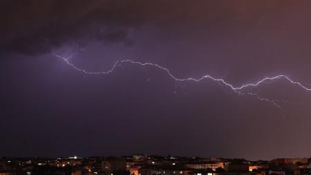 Мълнии в небето над Истанбул - 19 юни 2020 г.