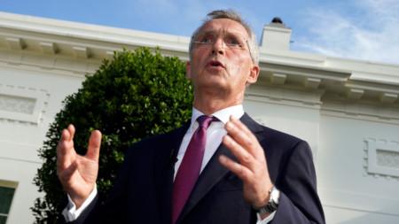 Генералният секретар на НАТО Йенс Столтенберг говори пред Белия дом във Вашингтон след срещата си с американския президент Джо Байдън - 7 юни 2021