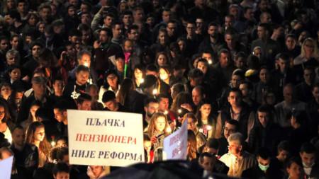 Протестиращи срещу управлението на президента Александър Вучич в Белград запалиха свещи в събота вечерта за загиналите при бомбардировките на НАТО преди 20 години.