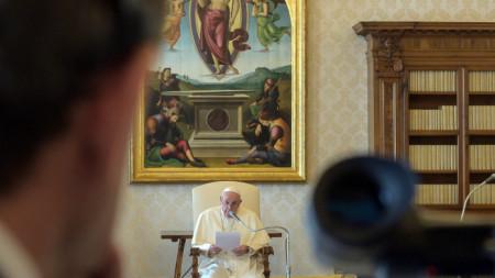 Папа Франциск  с аудиенция от библиотеката на Апостолическия дворец във Ватикана, като част от предпазните мерки срещу Covid-19.