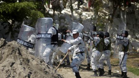Мексикански части за борба с безредиците не допуснаха мигрантите в страната.