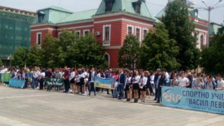Всяко от учебните заведения в Кюстендил бе помислило за костюми, плакати и символи, с които да се включи в шествието.