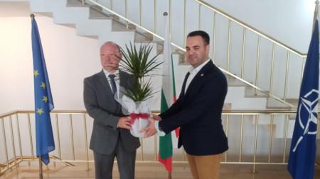 """Срещата на председателя на """"Балтюрк"""" Гюнай Узун с българския консул в Истанбул Васил Вълчев."""