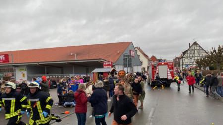 Германски медии разпространиха снимка от мястото на инцидента във Фолкмарсен, направена от Елмар Шултен, посетител на карнавала.