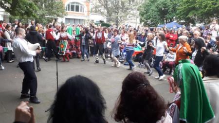 """Хорото на площад """"Голдън скуеър"""" в лондонския квартал """"Сохо"""""""