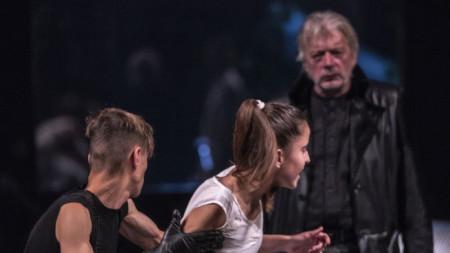 """Сцена от спектакъла """"Драконът"""" на Варненския драматичен театър """"Стоян Бъчваров"""""""
