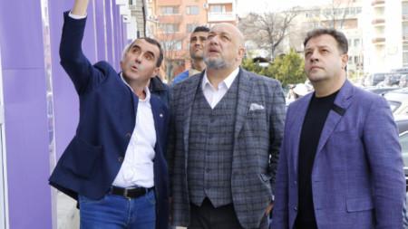 Спортният министър Красен Кралев (в средата) и кметът на Велико Търново Даниел Панов (вдясно) направиха оглед на обектите на стадион