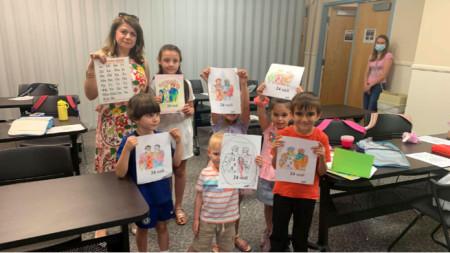 Диана Николова и деца от българското училище в Лас Вегас.   Снимките са предоставени от Мария Самичкова.