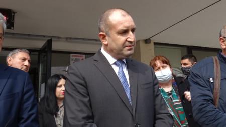 Президентът Румен Радев участва днес в заседание на Оперативния кризисен щаб към Община Благоевград. След приключването му държавния глава даде брифинг за медиите.