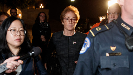 Мари Йованович (в средата) пристига в Конгреса на САЩ за изслушване по казуса с Украйна.