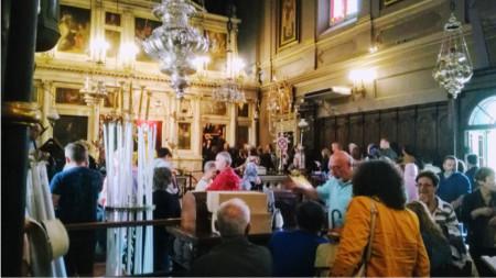 Някои от свещите са с човешки бой. В дъното се вижда входа към параклиса и саркофага с мощите на светеца